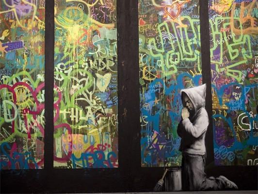 祈る子どもを描いたストリートアート