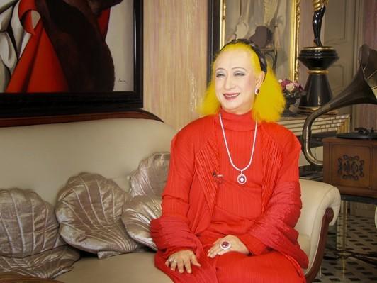 赤いドレスの美輪明宏